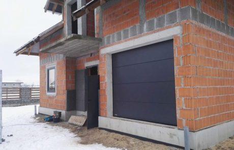 Drzwi garażowe w domu w Sieradzu