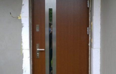 Montaż drzwi wejściowych drewnianych z naświetlenie górnym - Wieluń